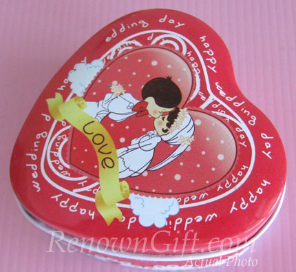 MT24 Couple Kissing Mint Tin